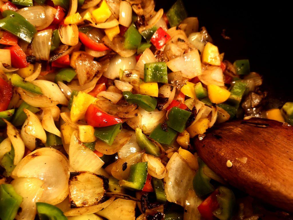 Gemüse für Gulasch anbraten